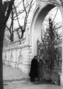 Одесса, Пролетарский бульвар, 42, одесский скульптор Михаил Петросян с женой после возвращений из лагеря, на фоне ворот дачи Маврокордато, 1953 г.