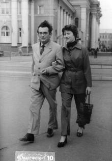 Одесса, у железнодорожного вокзала Я.Ю. Бардах с женой, 1983 г.