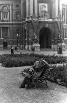 Одесса, Я.Ю. Бардах возле оперного театра, 1950 г.