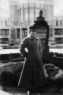 Одесса. Возле памятника Ф.Э. Дзержинскому при входе в санаторий