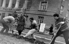 Одесса, студенты политехнического института на субботнике перед институтом, фотограф Volker Tommack, начало 1970-х годов