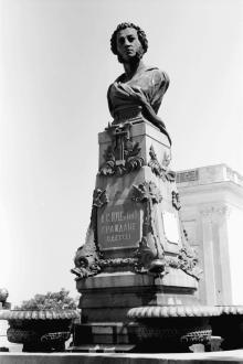 Одесса, памятник Пушкину, фотограф Willy Pragher, июнь 1943 г.