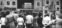 Одесса, ул. Дерибасовская, фотовыставка Д. Зюбрицкого в витрине овощного магазина, 1 апреля 1988 г.