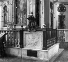 Интерьер собора после реконструкции 1900-1903 г. Могила архиепископа Иннокентия