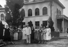 Одесса. Профессор медуниверситета Григорий Семенович Леви  с коллегами возле хирургического корпуса детской облбольницы. 1950-е годы