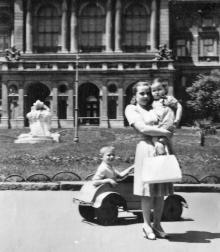 Одесса, возле Оперного театра, фотограф Элеонора Витальевна Семенюк, 1957 г.