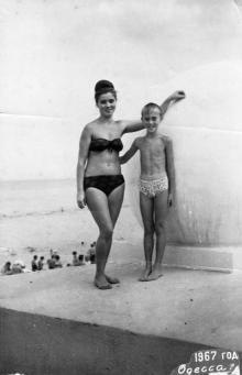 Одесса, на пляже Ланжерона, фотограф Элеонора Витальевна Семенюк, 1957 г.