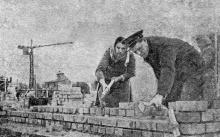 3 апреля знатный каменщик страны, лауреат Сталинской премии Иван Михайлович Рахманин приступил к работе на строительстве Одесского вокзала. Фотограф И. Кригель, газета «Черноморский гудок», 1950 г.