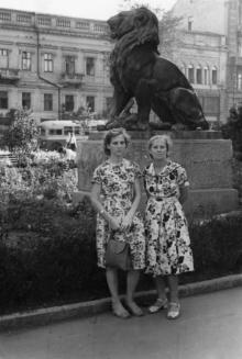 Одесса, в городском саду. Фотограф Элеонора Витальевна Семенюк, 1 мая 1957 г.