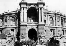 Одесса, перед оперным театром