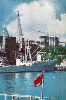 Вид на Комсомольский бульвар и строящиеся высотки из порта. Фото в брошюре «Одесса с моря». 1970 г.
