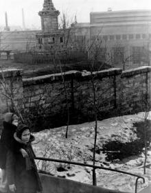 Одесса. Монумент на территории между ул. Короленко (Комсомольским бульваром ) и ул. Приморской, в р-не художественного музея (т.н. Швейцарская долина). 1958 г.