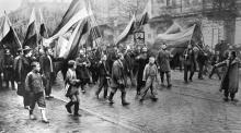 Одесса, демонстранты на фоне дома  №8 по ул. Тираспольской, 1905 г.