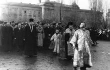 Одесса. Привокзальная площадь. Процессия во главе с митрополитом Виссарионом (Виктором Пую), 6 декабря 1942 г.