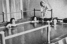 Бассейн для гидрокинезотерапии и вертикального вытяжения. Фотография из буклета «Лермонтовка», 1971 г.