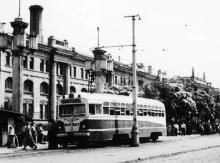 Одесса. Трамвай 2-го маршрута на кольце возле железнодорожного вокзала. Фотограф Hank Ontropp. Август, 1967 г.