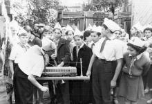 Одесса. Пионеры из 101-й школы в трамвайном депо на ул. Водопроводной. 1961 г.