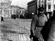 Одесса, на Греческой площади. Трамвайные пути проложены к гостинице «Большая Московская». Кадр кинохроники, 1920 г.