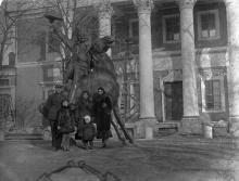 Во дворе Одесского художественного музея. 30 ноября 1932 г.