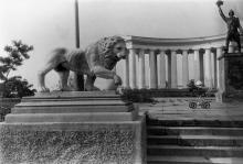 Одесса, возле Воронцовского дворца. Справа - бутафорский памятник Суворову для фильма Одесской киностудии «И черт с нами», 1991 г.