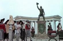 Одесса, возле Воронцовского дворца. Кадр из фильма Одесской киностудии «И черт с нами», 1991 г.
