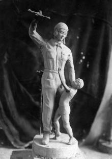 Одесса. В мастерской скульптора Татьяны Николаевны Стась-Скляровой макет скульптуры, 1930-е годы