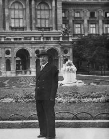 Одесса. Пред оперным театром. Начало 1950-х годов