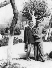 Подпись на обороте карточки: «В парке им Ленина 1 мая 1959 года»