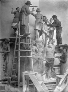 Одесса. В мастерской скульптора М.А. Петросяна. Дети позируют для композиции «Пионеры», которая будет установлена перед Дворцом пионеров. 1937 г.
