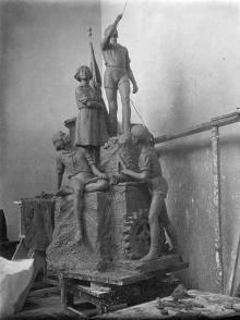 Одесса. В мастерской скульптора М.А. Петросяна. Скульптурная композиции «Пионеры», которая будет установлена перед Дворцом пионеров. 1937 г.