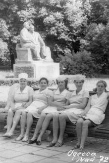Санаторий «Фонтан». У памятника, возле приемного отделения. Одесса, май, 1972 г.