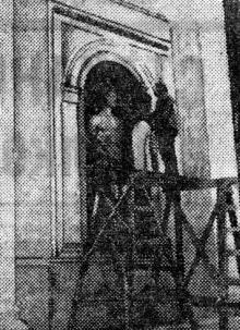 Одесса. Установка скульптуры в нише фасада восстанавливаемого здания бывшей Городской Думы. Фото из газеты «Молва». 10 сентября 1943 г.