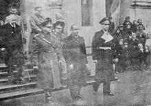 Одесса. Командующий войсками генерал Георгиу и представители городской администрации возле Кафедрального собора св. Ильи 8 ноября 1943. Фото из газеты «Молва»