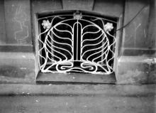 Одесса. Решетка полуподвала на ул. Франца Меринга, 38. Фотограф В.Г. Никитенко. 1970-е годы