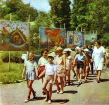 На центральной аллее дома отдыха «Красные зори». Фото в фотобуклете «Большой Фонтан», 1974 г.