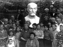 Открытие бюста Заменгофа во дворе дома № 3 по Дерибасовской улице. Н.В. Блажков крайний справа во втором ряду, в светлой рубашке.