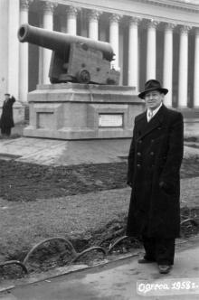 Одесса. Возле трофейной пушки с фрегата «Тигр». 1958 г.