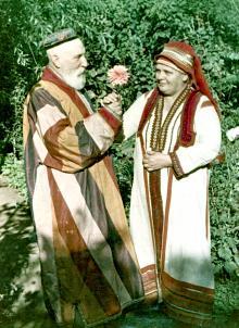 В.П. Филатов в своем саду на Пролетарском бульваре с женой В.В. Скородинской. Фотограф Е.Г. Шаер. 1953 г.
