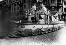 Спортивный парад в Одесе. Идут от вокзала по ул. Пушкинской, угол ул. Рабоче-Крестьянской Милиции (Троицкая). 1936 г.