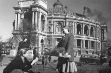 Посадка цветов у театра оперы и балета. 07.04.53. Одесса. Левит (390)