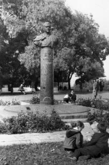 У бюста дважды Героя Советского Союза А. Глушко на Приморском бульваре. Одесса. Август, 1985 г. (9071)