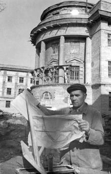 Штукатур строительно-монтажного треста А.С. Даниленко на строительстве главного корпуса Одесского электротехнического института инженеров связи. Фотограф Левит. 21 февраля 1953 г.