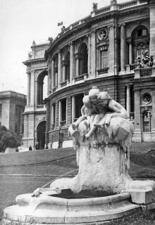 Одесса. Скульптура «Дети и лягушка» рядом с оперным театром