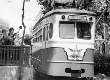 Детский трамвай в парке им. Шевченко отправляется в первый рейс. Фотограф Я. Левит. 1 июня1956 г.