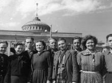 Группа молодых рабочих на перроне Одесского вокзала в день отъезда на Донбасс. Левит. 23.05.56 г. (1006)