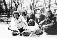 В Одесском зоопарке. Фотограф Подберезский. 15 июля 1957 г.