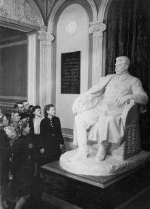 Скульптура «Сталин-философ» скульптора Э.М. Фридмана в музее «Оборона Одессы». Фотограф  А. Фатеев. 8 сентября 1948 г.