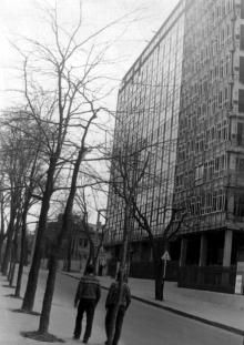 Новый корпус ОИИМФа еще огорожен старинной кованой решеткой. Одесса. 1973 г.