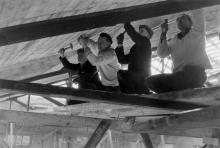 Студенты на строительстве спортивного зала ОИИМФа. 1955 г.