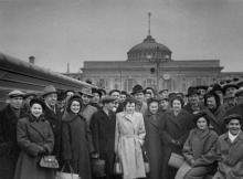 Артисты советского цирка на перроне Одес. вокзала перед отъездом в Будапешт. 29.3.56 г. Одесса, Левит (930)